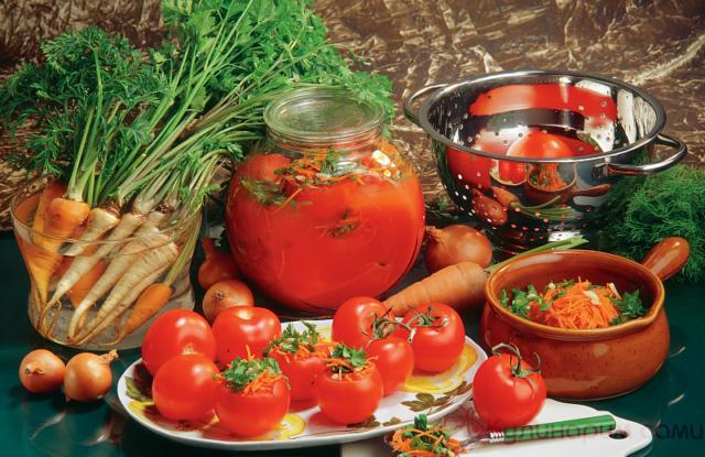 Томаты, фаршированные овощами, в томатном соусе