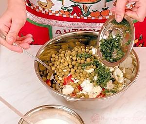 Салат из белокочанной капусты с зеленым горошком, сладким перцем и яйцами