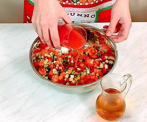 Томатно-огуречный суп с чесночными гренками