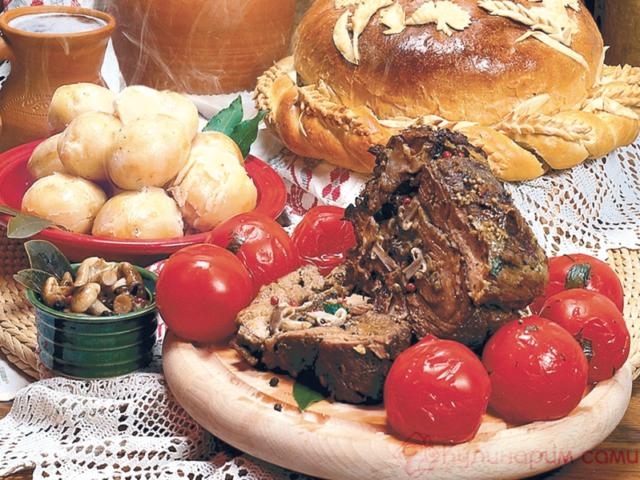 Мясной рулет с грибами в духовке