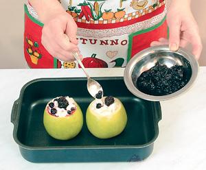 Печеные яблоки, фаршированные лесными ягодами