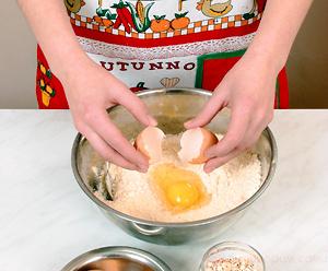 Тертый пирог из овсяных хлопьев с медом