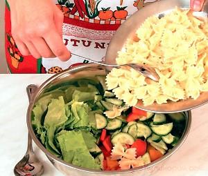 Салат из макарон с овощами