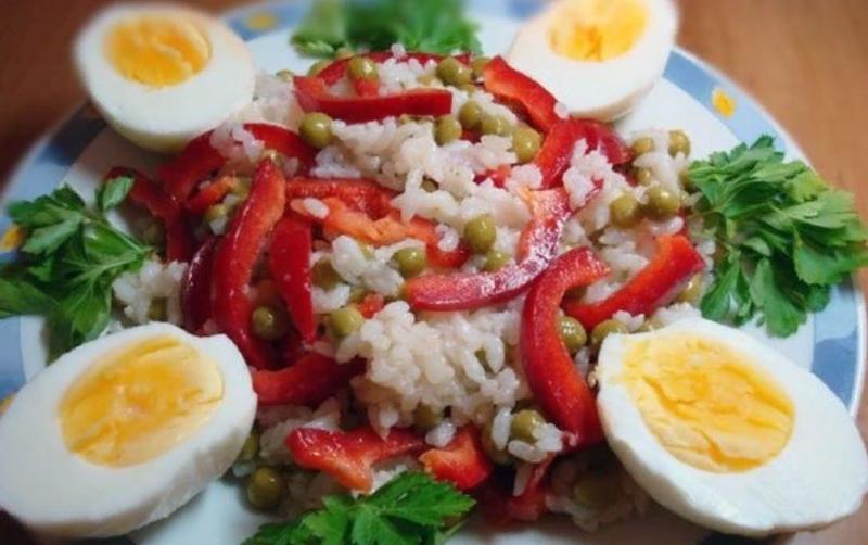Салат из сладкого перца, зеленого горошка и риса