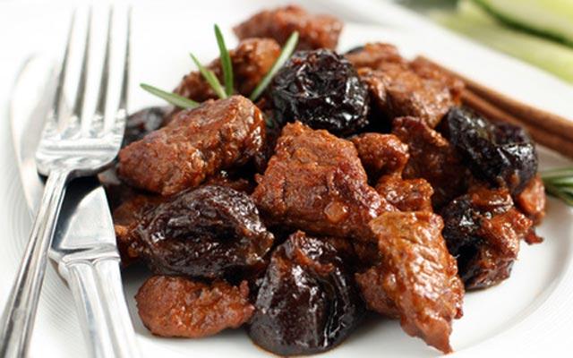 Курица с черносливом, медом и корицей