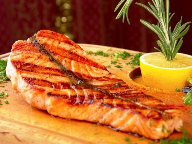 Пряный лосось с чечевицей