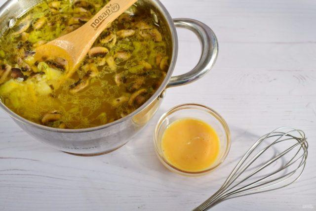 Суп с грибами, рисом и яйцом