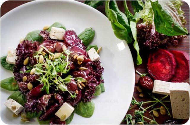 Полезные блюда: свекольный салат с медово-имбирным тофу