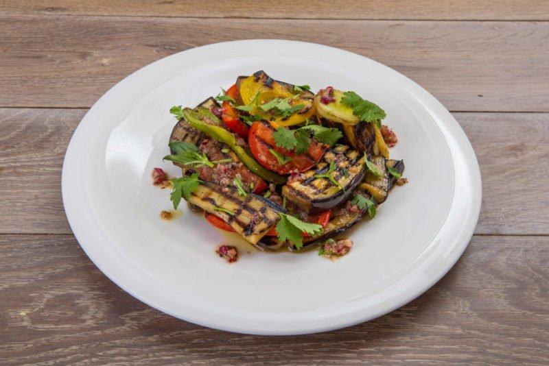 Теплый салат с говядиной и овощами гриль
