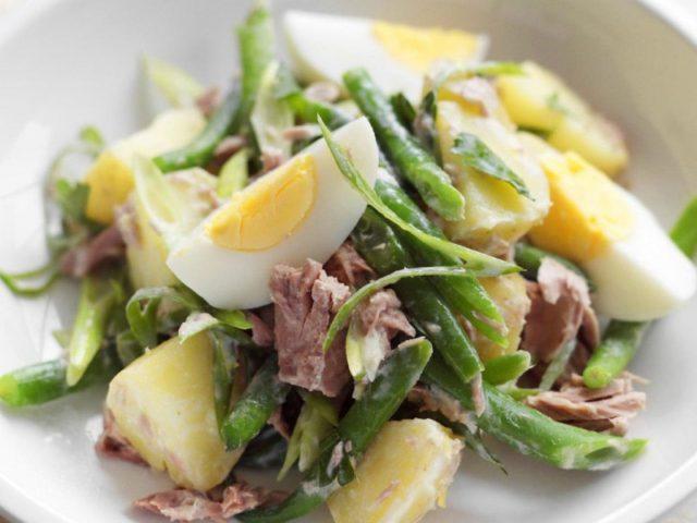 Картофельный салат с запеченным перцем и тунцом