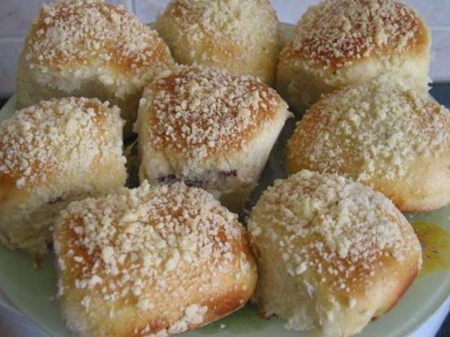 Вкусные булочки с начинкой и обсыпкой