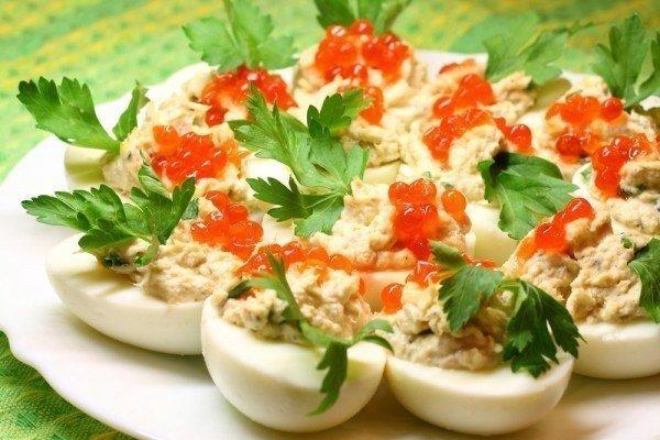 Фаршированные яйца с копченым лососем