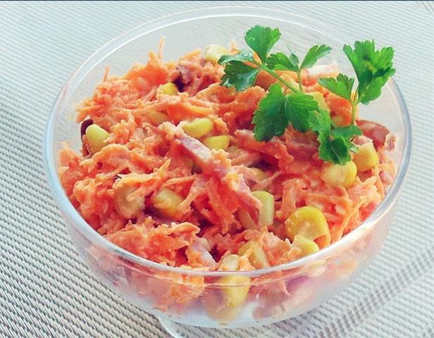 Салат с копченой колбасой и морковью