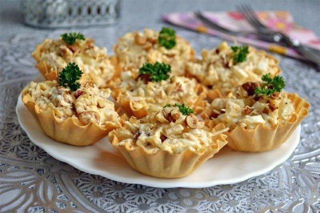 Салат с курицей и ананасом в корзиночках