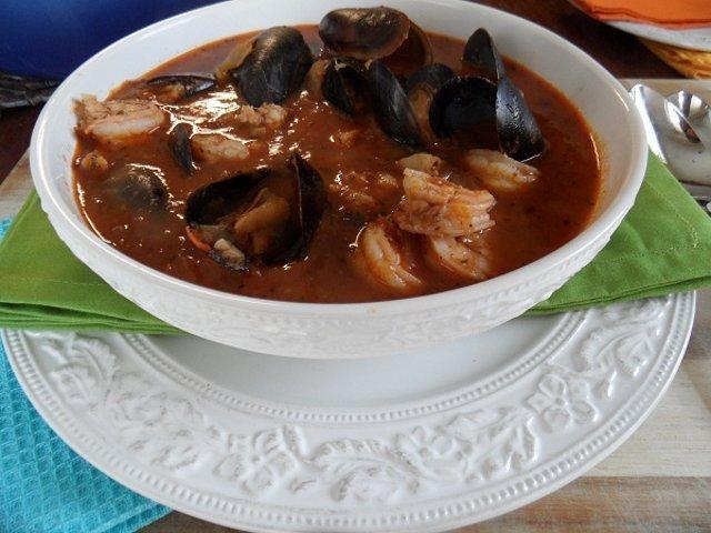 Рыбный суп с тостами «Чиоппино»